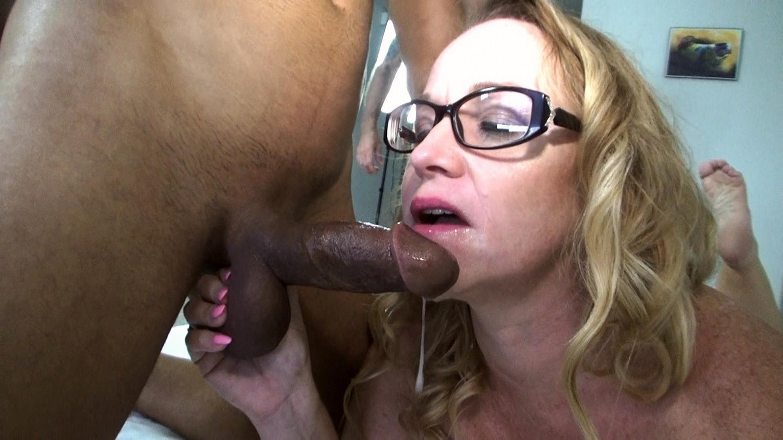Cuckold lick pussy